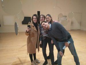 Schüler im Museum, ein Selfie machend
