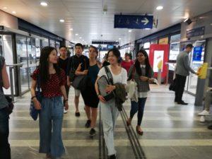 Schüler im Bahnhof Perrache