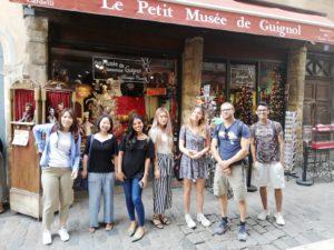 Schüler vor dem Guignol-Museum