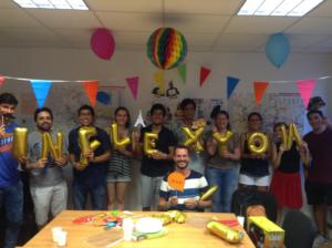 """Schüler im foyer mit Luftballons aus Buchstaben, die das Wort """"Inflexyon"""" bilden"""