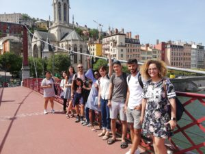Schüler auf einer Brücke vor Vieux Lyon