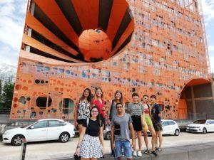 Schüler vor dem Cube orange