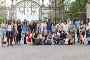 Schüler vor dem Eingang des Parc de la Tête d'or